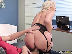 The chief' horny wifey gets a flow of cum served in her cunt
