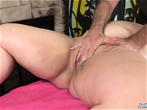 A masseur Turns a rubdown into an climax Session for bbw Calista Roxxx